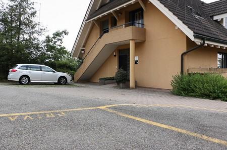 Praxiseigener Parkplatz unmittelbar vor dem rollstuhlgängigen Eingang